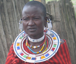 Женщины масаев любят демонстрировать свои наряды и сильно оттянутые книзу проколотые мочки ушей. Фото: Андрей Крусанов